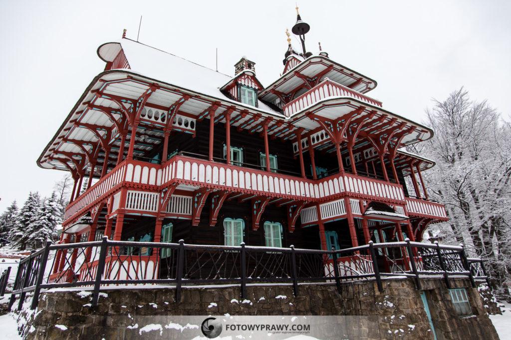 Charakterystyczne domy na Przełęczy Pustevny - atrakcyjne miejsca w Beskidach