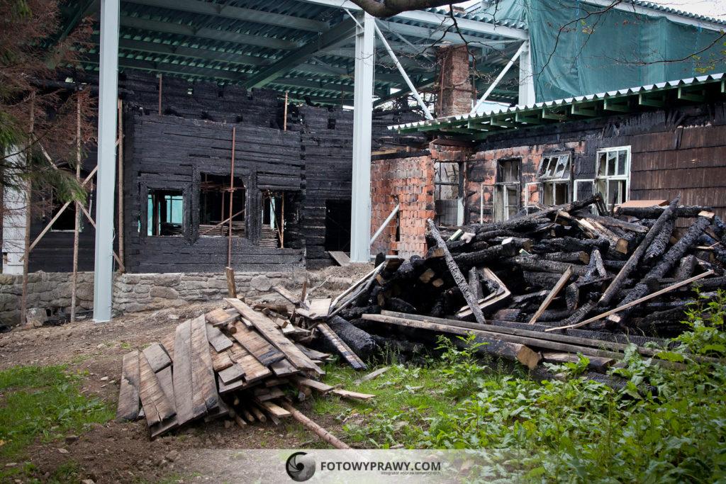 Spalony budynek na przełęczy Pustevny