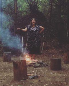 Kobieta w bushcrafcie